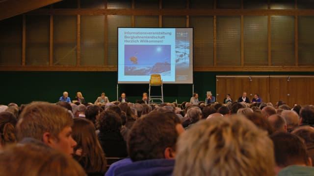 Informationsveranstaltung vom 4. Dezember 2013 in Gstaad - voller Saal.