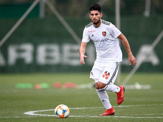 FCB-Innenverteidiger Carlos Zambrano am Ball.