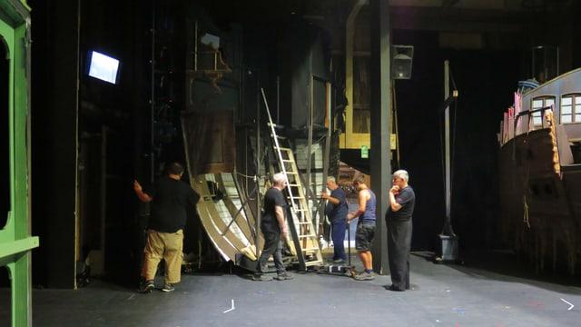 Bühnencrew versorgt einen Teil des Schiffes in der Nebenbühne