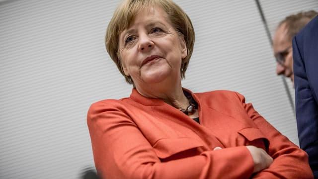 Frau Merkel mit verschränkten Armen.