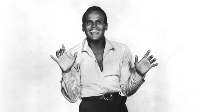 Belafonte als junger Mann: Auf einer schwarz-weiss Fotographie hält Belafonte tanzend die Hände vor dem Körper.