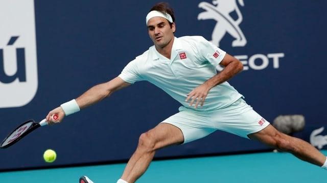 Roger Federer en acziun per in ball.