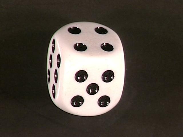 Weisser Würfel mit schwarzen Punkten.
