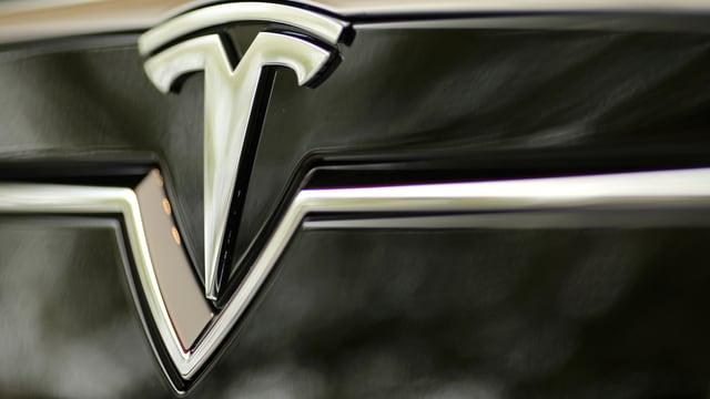 Das Logo des Wagenbauers Tesla.