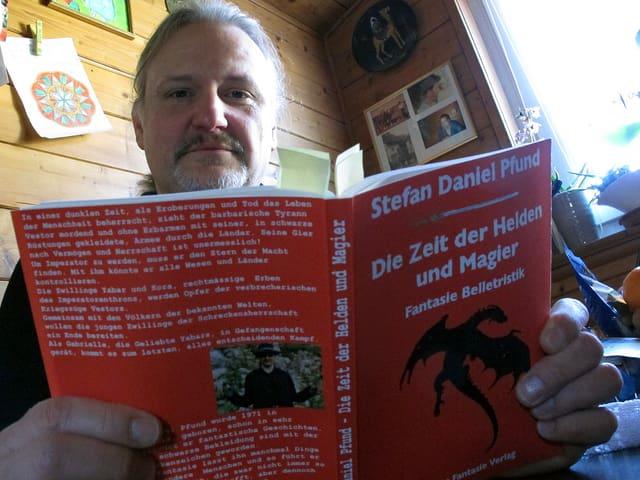 Stefan Pfund mit dem ersten seiner zahlreichen Bücher.