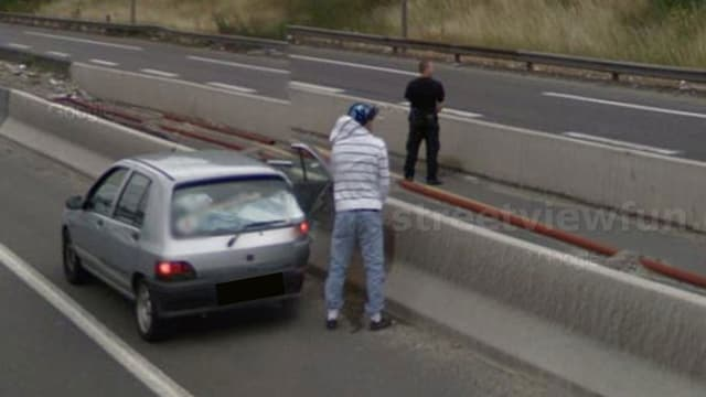 Zwei Männer urinieren auf der Autobahn neben ihrem Auto.