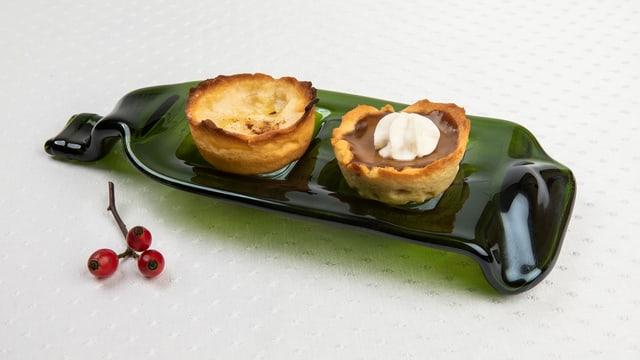 Tartelette-Duo auf glasigem Dessertteller angerichtet