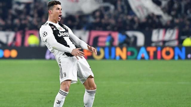 Cristiano Ronaldo greift sich nach seinem Hattrick gegen Atletico in den Schritt.