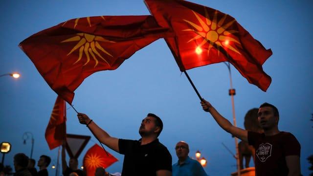 Männer mit der mazedonischen Flagge