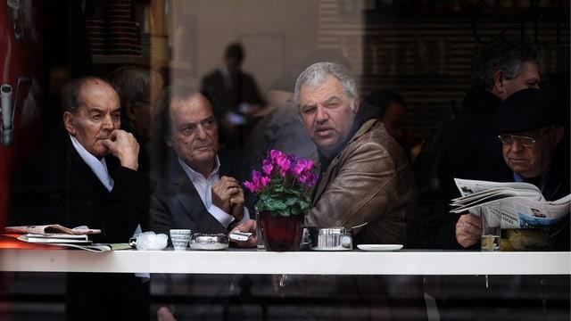 Griechische Männer in einem Café