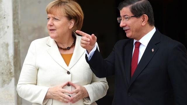 Der türkische Ministerpräsidenten Ahmet Davutoglu mit der deutschen Bundeskanzlerin Angela Merkel bei ihrem Besuch in Istanbul.