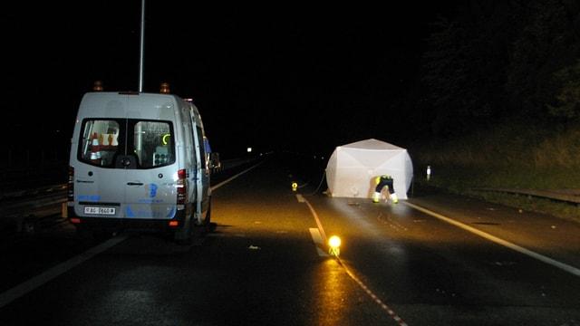 Mitten in der Nacht wurde der Polizei ein Toter auf der Autobahn A3 gemeldet, die Umstände des Unfalls sind noch unklar.