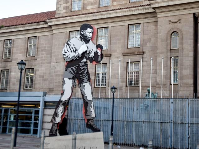 Wandgemälde an einer Kirche zeigt Mandela als jungen Boxer.