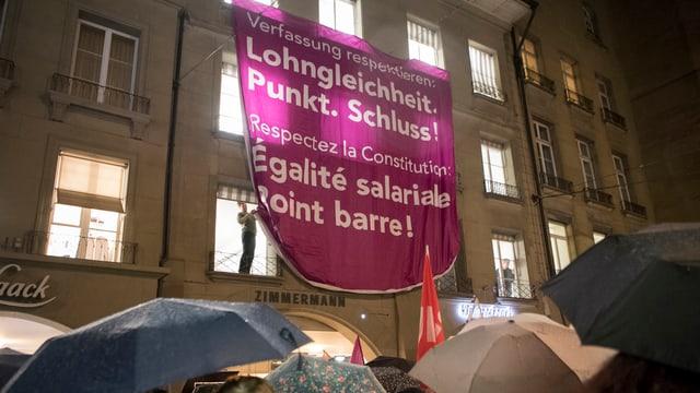 Plakat zur Lohngleichheit.