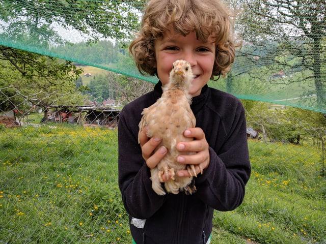 Kind und gelbes Huhn