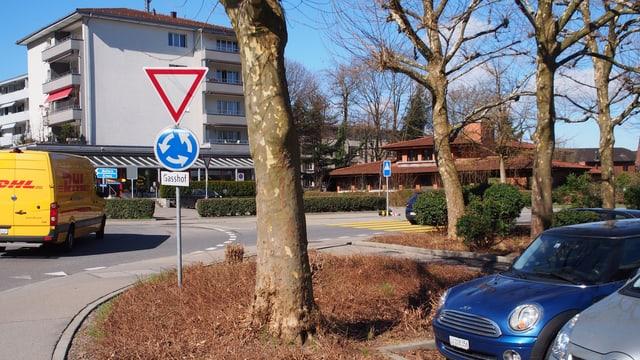 Kreisel mit Autos und Parkplatz und Gebäuden