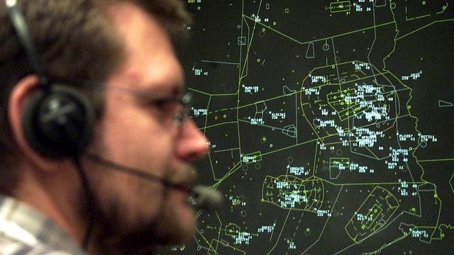 Person vor einem Radarbildschirm.
