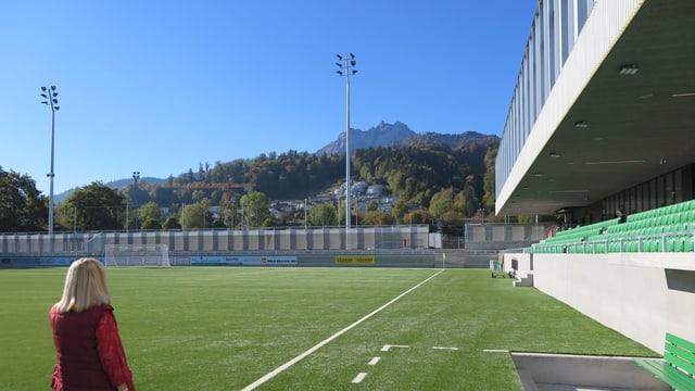 Das Spielfeld des neuen Stadions Kleinfeld in Kriens mit Blick auf den Pilatus.