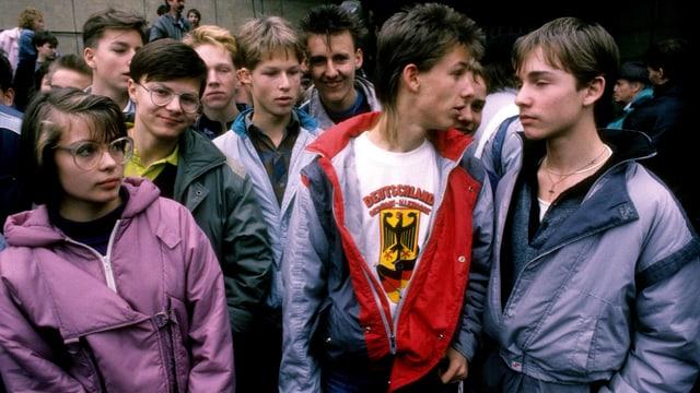 Jugendliche bei einer Veranstaltung in Westdetuschland tragen bunte, aufgebauschte Jacken und Shirts.
