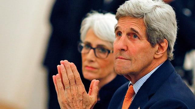 Kerry faltet die Hände