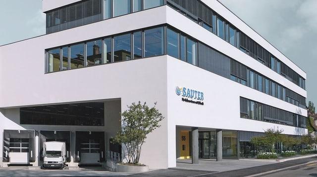 Blick auf das Firmengebäude der Sauter AG.
