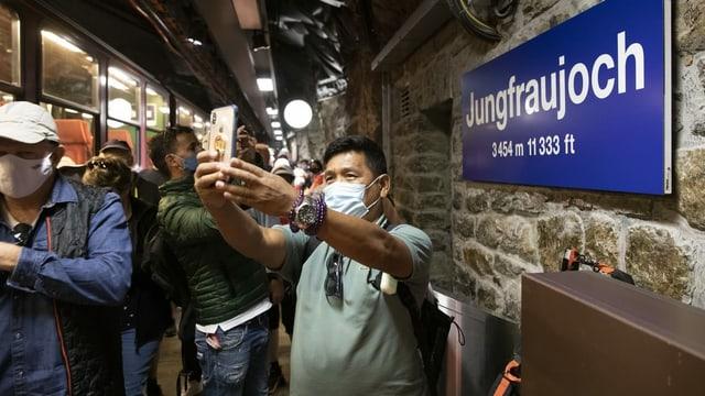 Mann macht Selfie mit Maske auf Jungfraujoch
