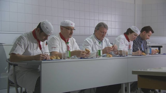 Die Experten degustieren die Zopfteighäschen