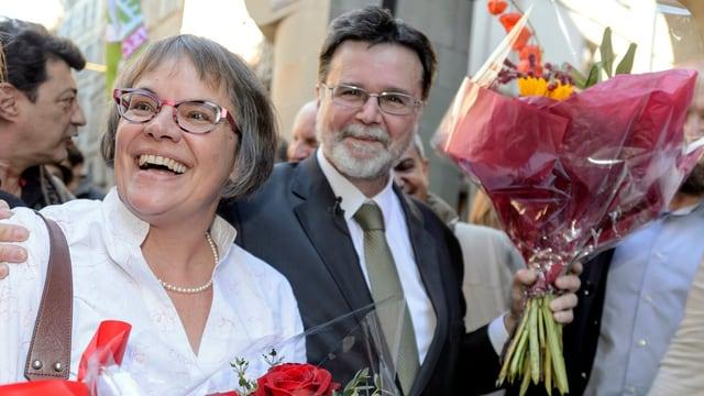Die strahlenden Ständeräte Maury Pasquier und Cramer mit Blumensträussen in den Händen.