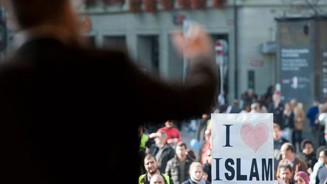 Nicolas Blancho, Praesident des IZRS spricht 2011 am Tag gegen Islamophobie und Rassismus auf dem Bundesplatz in Bern. Auf einem Schild in der Menge sind die Worte «I heart Islam» zu lesen.