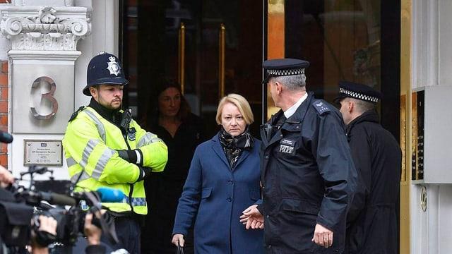 Frau neben Polizisten