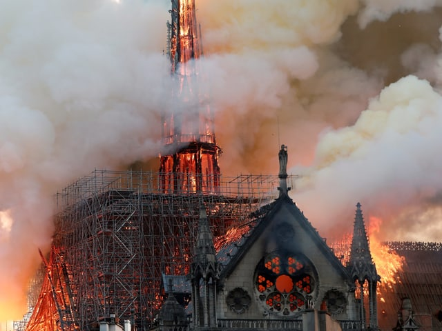 Brennender Dachstock und Turm