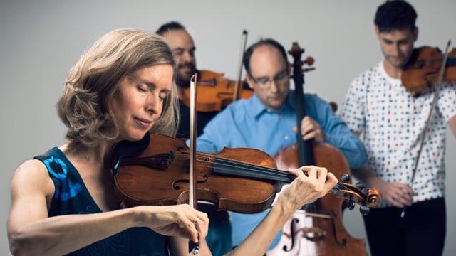 Ein Streichquartett, bestehend aus einer Frau und drei Männern.