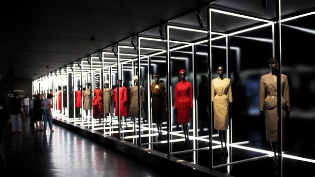 Schaufensterpuppen in Dior-Kleidern in Reih und Glied.