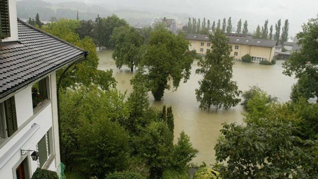 Ein Lufbild von einer Wiese in Sarnen, die durch Hochwasser überflutet ist