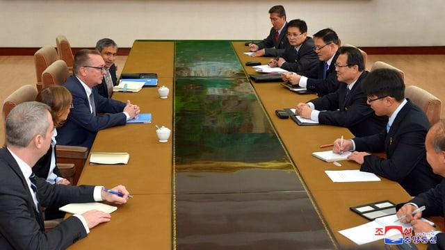 Mehrere Personen sitzen sich an einem Tisch gegenüber. Darunter Nordkoreas Aussenminister und UNO-Untergeneralsekretär Jeffrey Feltman.