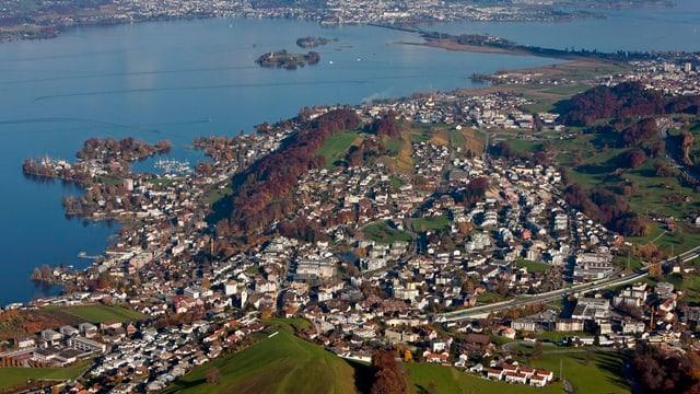 Luftaufnahme der Gemeinden Wollerau, Freienbach und Feusisberg.