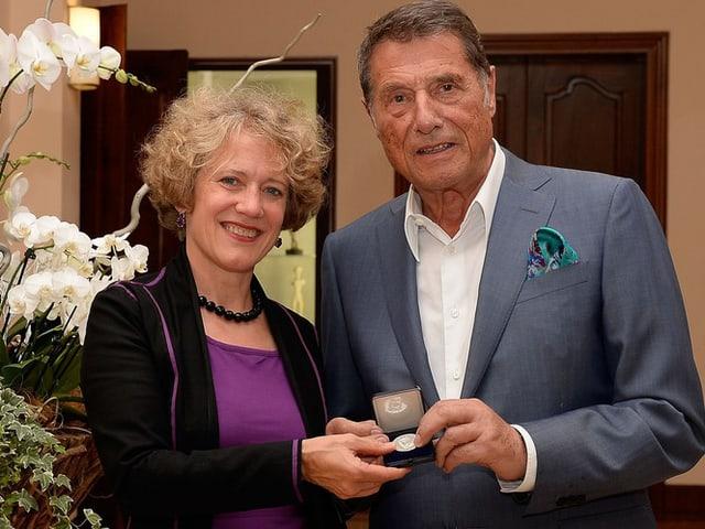 Mauch überreicht Jürgens die Ehrenmedaille.