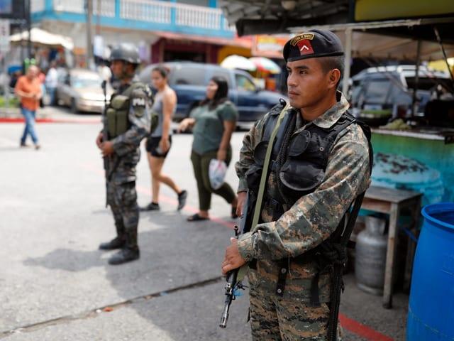 Soldaten patrouillieren