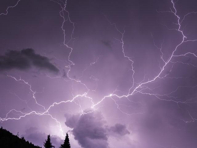 Wunderschöner Blitz am Nachthimmel.