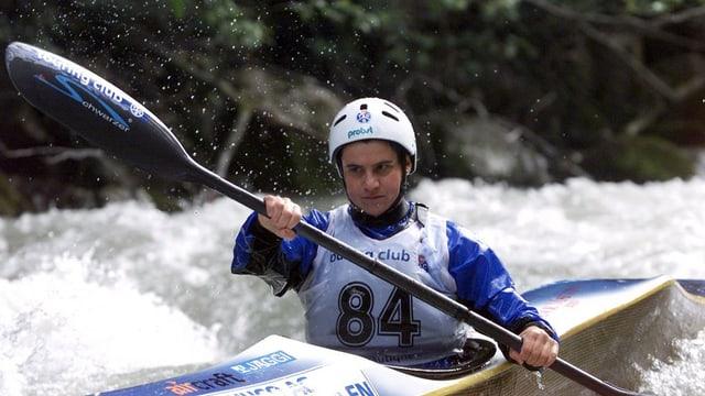 Ein Frau in eine Kanu auf einem wilden Fluss