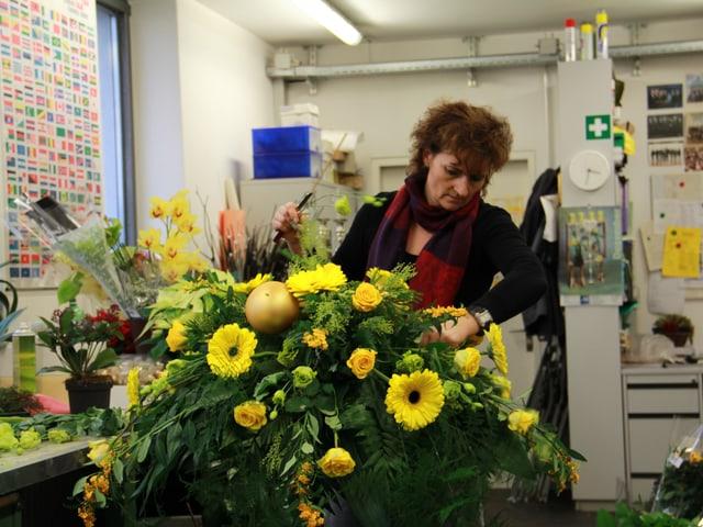 Jeden Montagmorgen erhalten die Bundesräte einen Blumenstrauss aus der hauseigenen Gärtnerei. Floristin Karin Mosimann bei der Vorbereitung eines Bouquets für den Tag der Bundespräsidentenwahl.