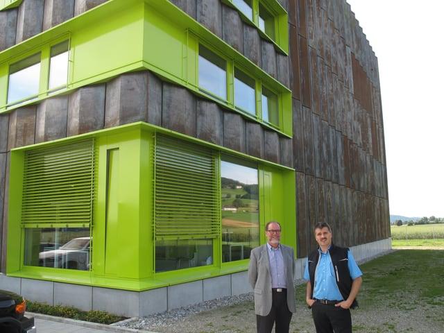 ZHB-Direktor Ueli Niederer und Geschäftsführer Mike Märki vor der Speicherbibliothek in Büron.