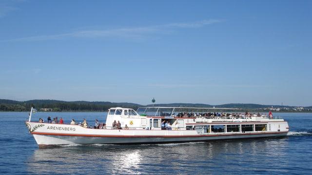Ein Rheinschiff auf dem Wasser bei schönem Wetter.