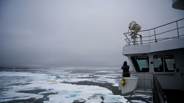 Zerrissenes Meereis liegt vor der Küste von Spitzbergen.