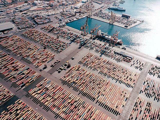 Eine grosse Menge Container steht an einem Hafen