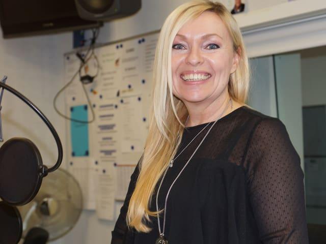 Blonde Frau im Studio.