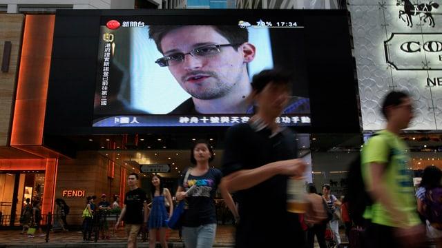 Edward Snowden enthüllt die Schnüffelpraxis der NSA - live auf einem Grossbildschirm in einer Hongkonger Shopping Mall.
