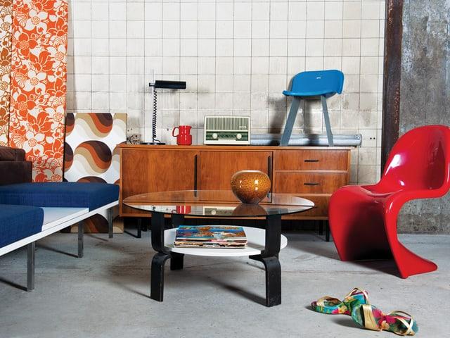 Wohnzimmer mit verschiedenen Möbeln im 70er-Jahre-Look.