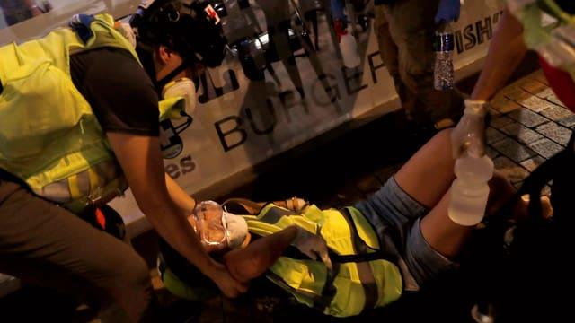 Sanitäter helfen einer Kollegin, die im Einsatz verletzt wurde