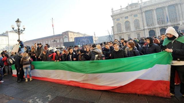 Menschenmenge mit riesiger Italien-Flagge.